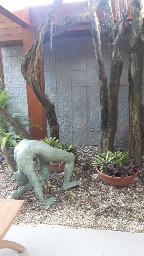 OBRA DE ARTE NO JARDIM